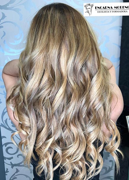 Después de colocar extensiones de pelo natural rubias